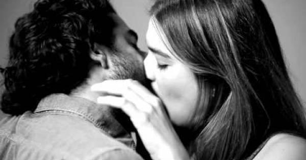 Experimento muestra qué pasa con un primer beso con desconocidos